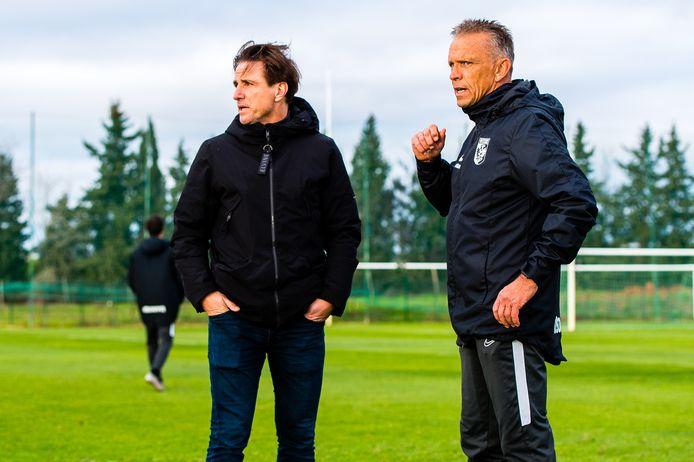 Marc van Hintum overlegt als interim-technisch directeur van Vitesse op het trainingskamp in het Portugese Alcantarilha met coach Edward Sturing.
