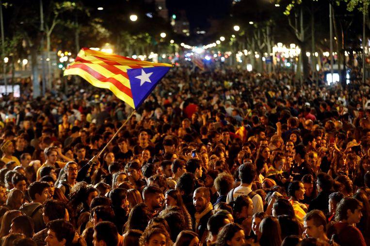 Duizenden betogers protesteerden donderdag in Barcelona tegen de veroordeling van negen separatistische leiders Beeld EPA