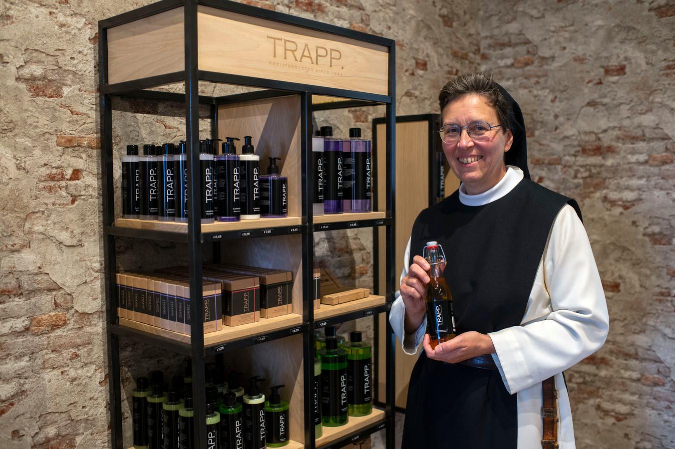 Zuster Catherinna met de shampoo in de vernieuwde winkel
