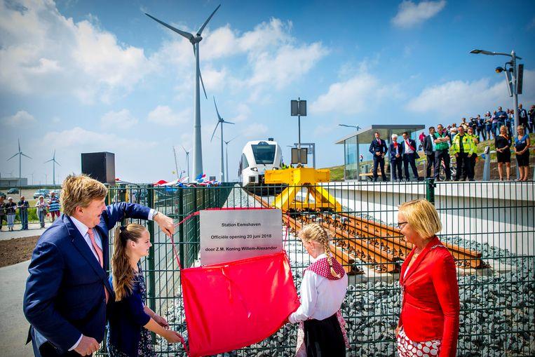 Koning Willem-Alexander tijdens de opening van de nieuwe spoorlijn tussen Roodeschool en Eemshaven. Beeld ANP