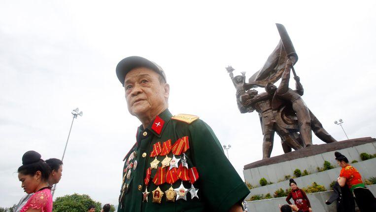 In 1954 vocht de Vietnamese militair Lo Tich mee in de slag bij Dien Bien Phu. Hier staat hij met zijn decoraties bij het overwinningsmonument in die plaats. Beeld Reuters