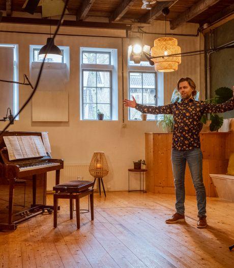 Zangpedagoog Bert uit Zwolle zingt nu elke zaterdag online, met 2400 anderen: 'geef je hart een glimlach'