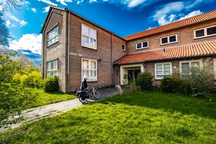 In het Panta Rhei-gebouw huizen nu nog zo'n twintig kunstenaars. Over een jaar kan dat zomaar anders zijn. De gemeente Deventer heeft woningbouwplannen op deze plek.