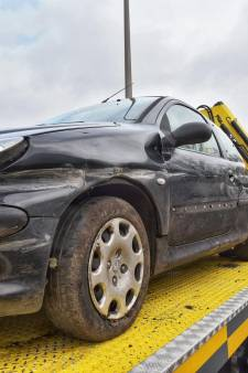 Auto rijdt tegen vangrail op A58 en komt bij tankstation tot stilstand