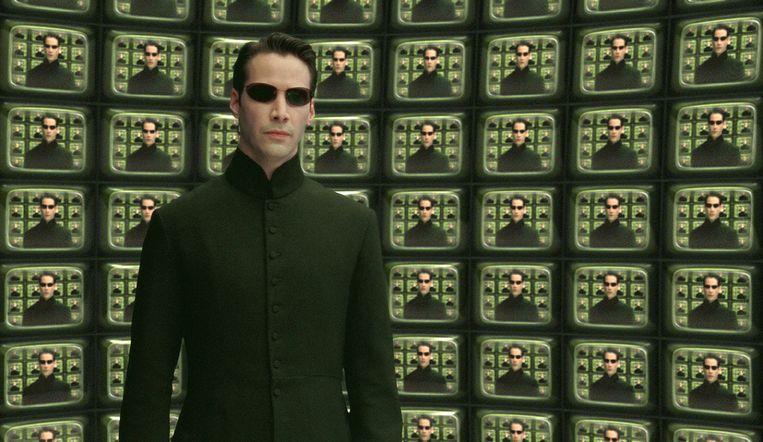 Acteur Keanu Reeves als Neo in 'The Matrix Reloaded'. In de trilogie van The Matrix ontdekt hacker en computerprogrammeur Neo dat de mensheid zonder haar weten gevangen zit in een gesimuleerde realiteit die gecreëerd werd door machines. Die houden de mens onder controle, terwijl hun lichamen gebruikt worden als energiebronnen. Neo bindt de strijd aan met het systeem.