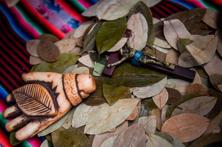 Op een markt in de Peruaanse hoofdstad Lima wordt op 1 januari traditiegetrouw het nieuwe jaar voorspeld. Sjamanen gebruiken daarvoor religieuze voorwerpen en cocabladeren.   Beeld AFP