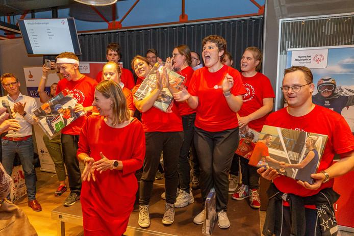 Ragna Schapendonk, voorzitter van Special Olympics Nederland, reikte foto's uit ter afsluiting van Play Unified. Op iedere foto staat een sporter met zijn of haar grote voorbeeld.