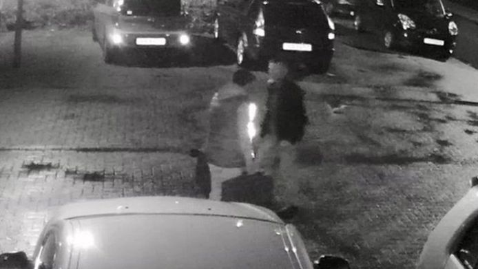Still uit de video van Opsporin Verzocht waarop de inbraak in een bedrijfsbus in Pannerden is vastgelegd.