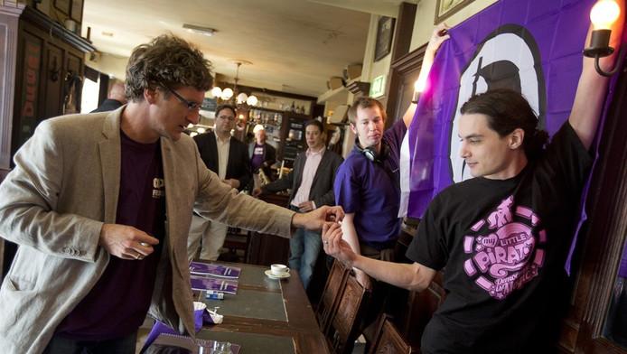 Lijsttrekker Dirk Poot (L) van de Piratenpartij voor aanvang van de presentatie van de kandidatenlijst voor de verkiezingen van de Tweede Kamer op 12 september.