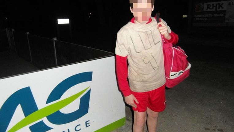 Een vriend heeft een foto van de jongen met t-shirt op Facebook gezet. Beeld rv