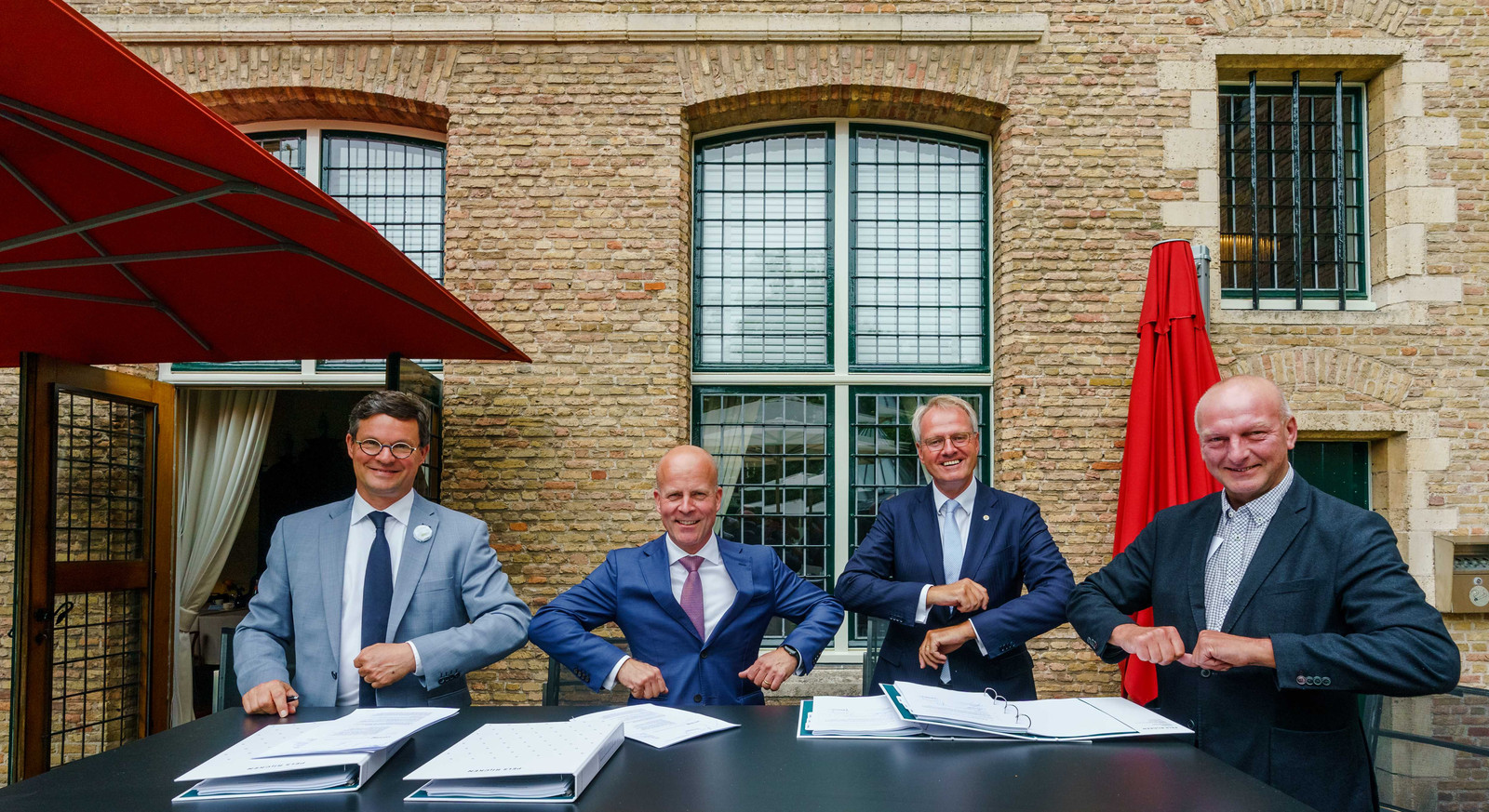 De Vlissingse burgemeester Bas van den Tillaar, staatssecretaris Raymond Knops (Binnenlandse Zaken), Commissaris van de Koning Han Polman en dijkgraaf Toine Poppelaars bij het tekenen van het bestuursakkoord waarin het compensatiepakket voor Zeeland in juni 2020 werd vastgelegd.
