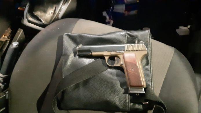 Agenten vonden dit pistool in de auto.