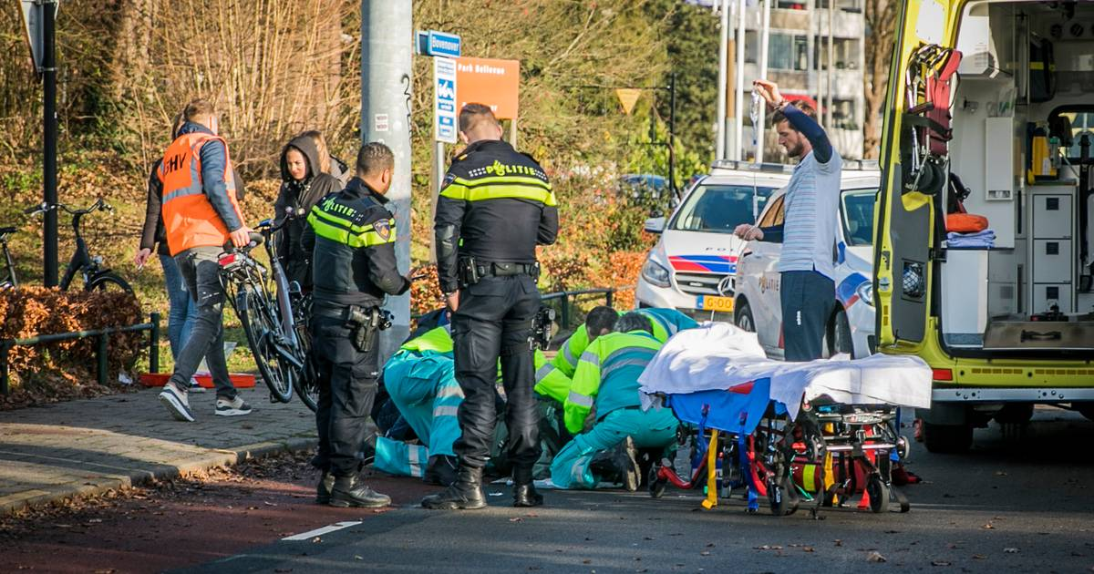 Man en tienermeisje gewond door botsing met trolleybus in Arnhem.
