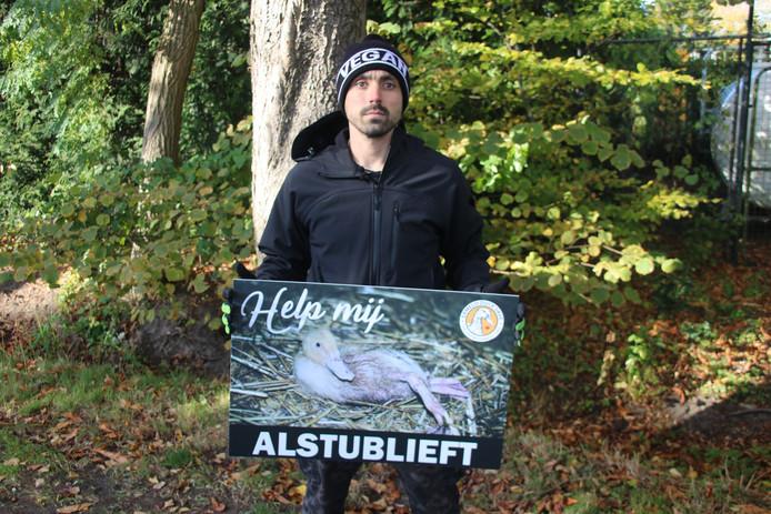 Activist Joey Carbstrong uit Australië demonstreerde bij de eendenslachterij in Ermelo.