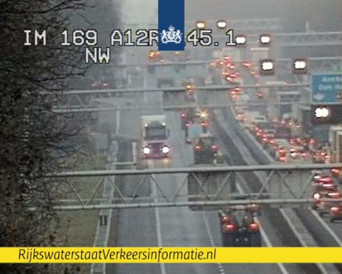 Beeld van de trekkers die even tegen het verkeer in reden op de A12 bij knooppunt Oud-Dijk.