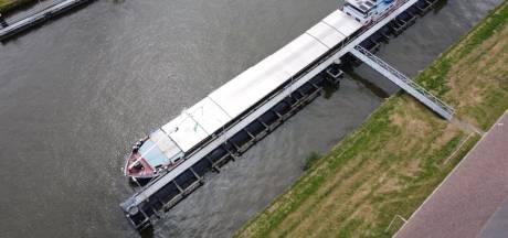 Gifschip Zwolle wordt volgens plan vrijdag gelost bij slibeiland IJsseloog in Ketelmeer, maar schippers nog niet akkoord
