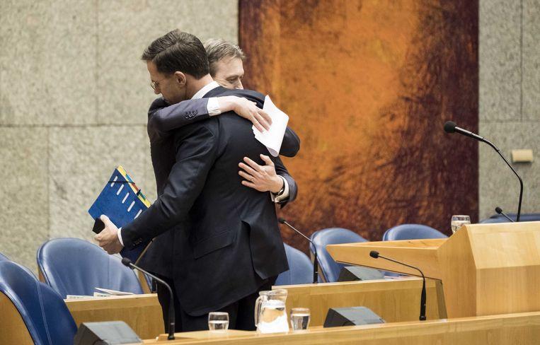 Halbe Zijlstra omhelst Mark Rutte na het afleggen van zijn verklaring.  Beeld ANP