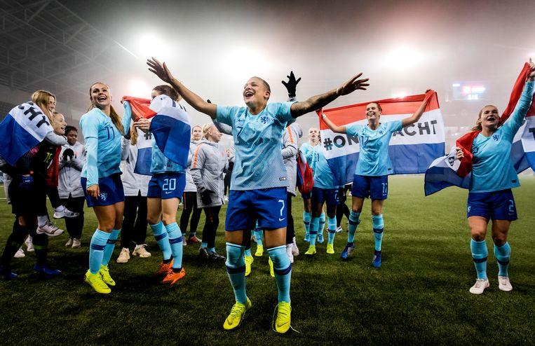 De Oranjevrouwen vieren hun overwinning  op Zwitserland na afloop van de return in de finale van de play-offs om een WK-ticket. Beeld ANP