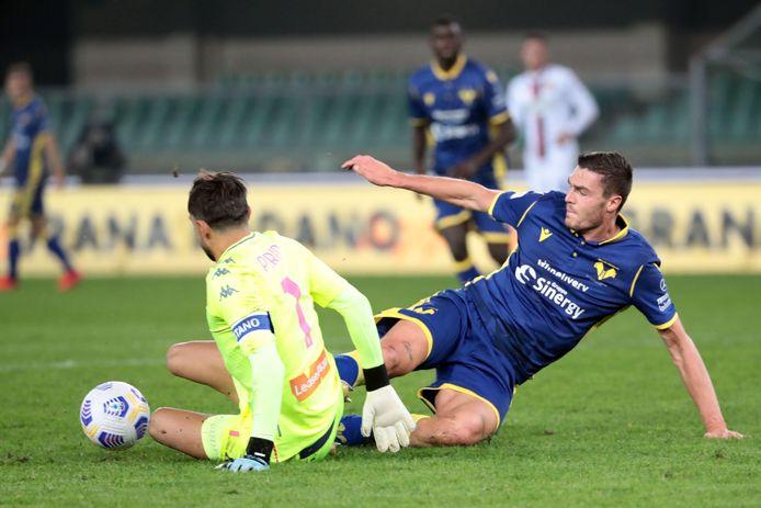 Mattia Perin probeert Andrea Favilli af te stoppen.