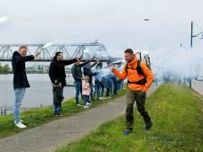 Vrienden en familie zwaaien Tom Boerman uit bij vertrek wereldwandeltocht