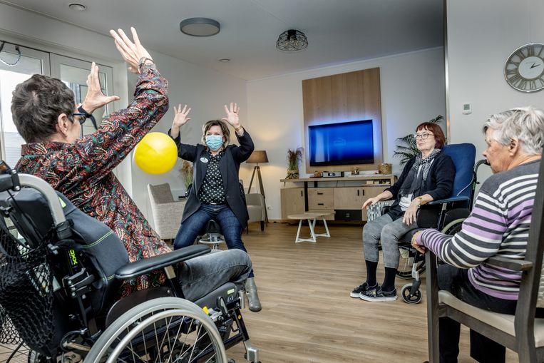 Teamleider Jolanda Duivestein van verpleeghuis De Brink gooit een balletje over met een paar bewoners. Onlangs zijn de bewoners en Duivestein ingeënt met het Pfizer-vaccin. Beeld Jean-Pierre Jans