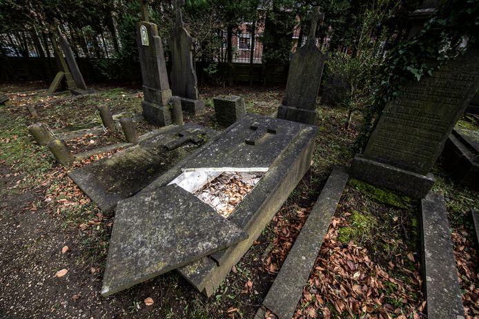 Daklozen slapen op begraafplaats Daalseweg in Nijmegen. Het vermoeden bestaat dat ze zelfs grafzerken openen om in het graf te gaan liggen. Bij dit graf (foto) is duidelijk te zien dat de (gebroken) steen recentelijk was verschoven.