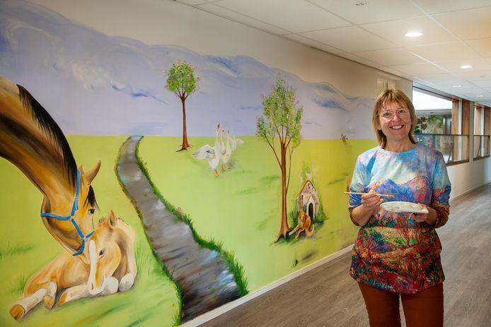 Kunstenares Yvonne Koekoek voor de muurschilderingen in verpleeghuis Careyn Weddesteyn