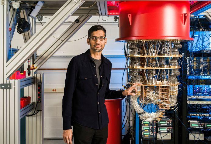 Google-topman Sundar Pichai  met één van de quantumcomputers van Google in Californië.