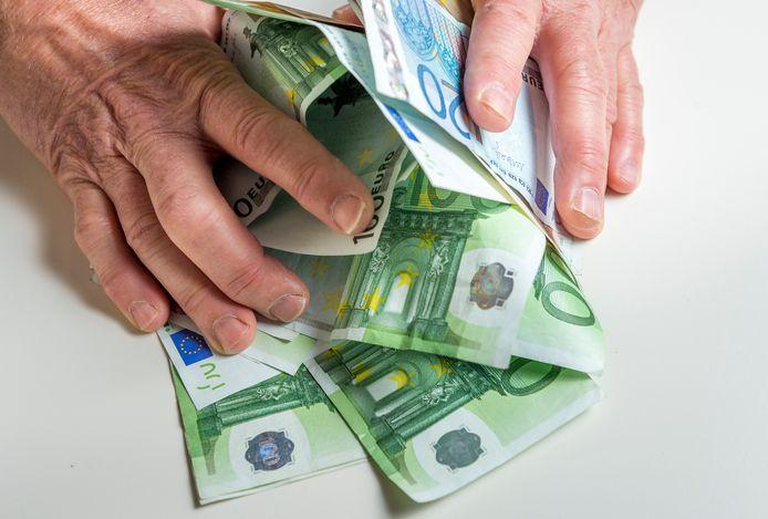 Een vrouw uit Valkenswaard had spaargeld van haar en haar zoon verstopt in huis. Toen het opeens weg was, vond de politie de lege envelop in de auto van de man met wie ze een knipperlichtrelatie onderhield