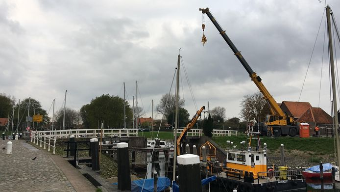 Een deel van de Beatrixbrug is verwijderd.