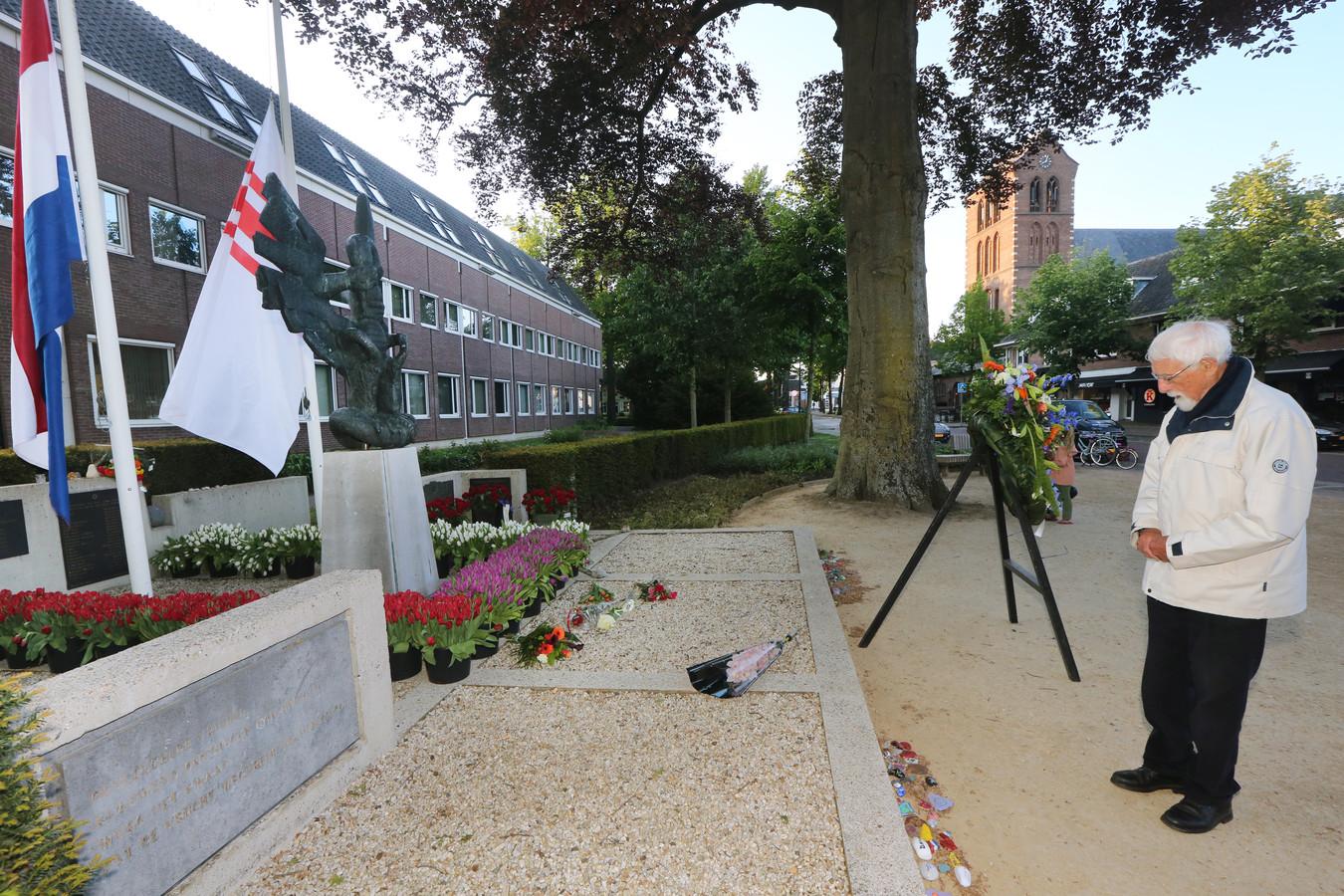 Indië-veteraan Ben Willems (92) is de enige die op 4 mei om acht uur bloemen komt leggen bij het oorlogsmonument aan de Gemullehoekenweg in Oisterwijk.