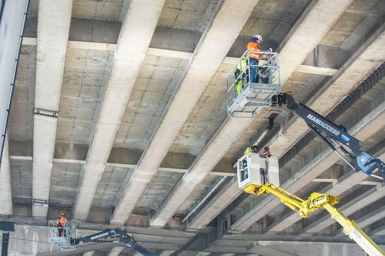 De onderzijde van het viaduct werd meermaals geïnspecteerd, en uiteindelijk werden er netten gehangen.
