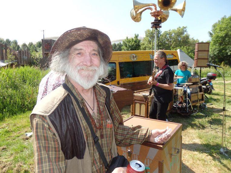 Jaap Rol, in Haarlem een fenomeen als Jaap Stuff, de beroemdste hasjdealer van die stad. Op de achtergrond de errug lekkere band Rolling Beat Machine Beeld Schuim