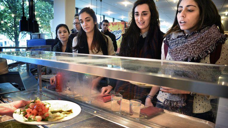 Studenten wachten in het universiteitsrestaurant de Refter op hun warme maaltijd zonder vlees. Beeld Marcel van den Bergh / de Volkskrant