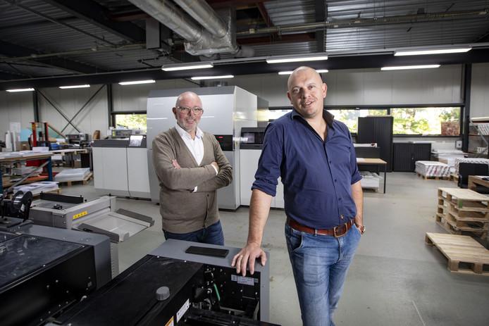 Martin Damhuis (achter) en Roy van Baal zijn de nieuwe eigenaren van digitale drukkerij NetzoDruk.