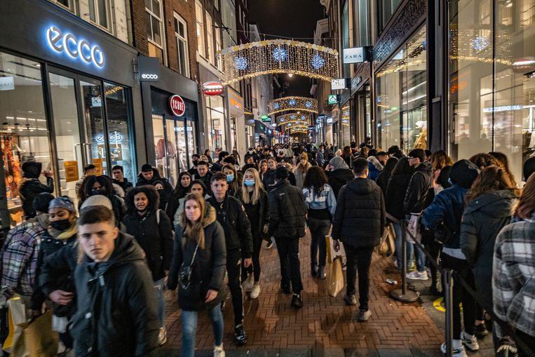 Enorme drukte in de Kalverstraat tijdens Black Friday. Beeld Joris Van Gennip