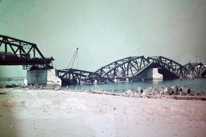 De Duitsers trekken zich terug richting Dordrecht. In hun kielzog blazen ze de Moerdijkbruggen op.