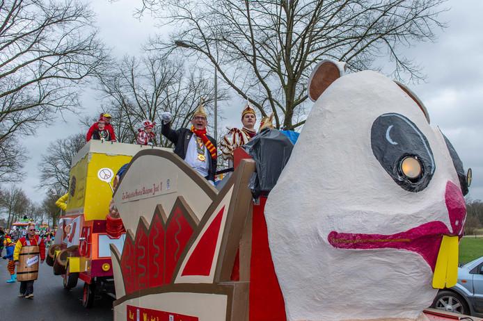 Stadsprins Joost I (rechts) trekt met zijn gevolg door Klarenbeek.
