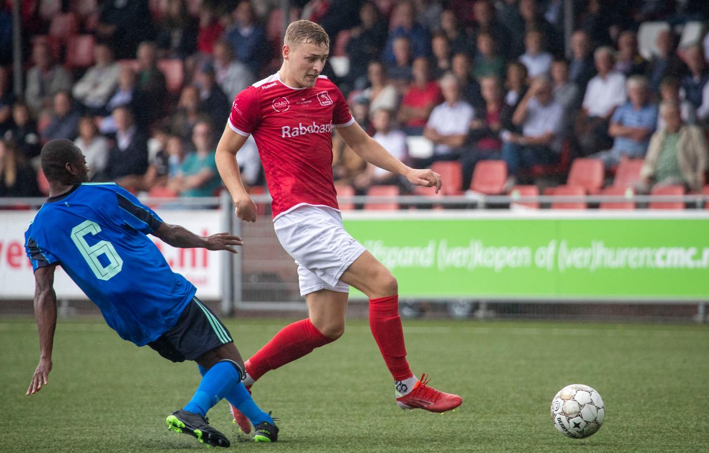 DOVO-middenvelder Matthijs van Nispen aan de bal tegen Ajax.