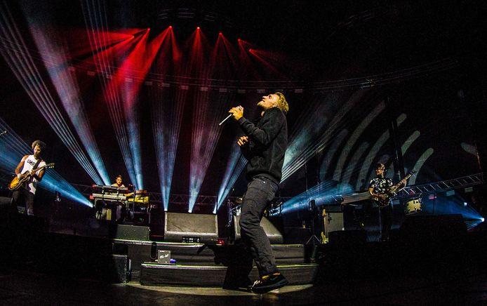 Leadzanger Joshua Nolet van de Haarlemse band Chefs Special treedt op in een uitverkochte Ziggo Dome.