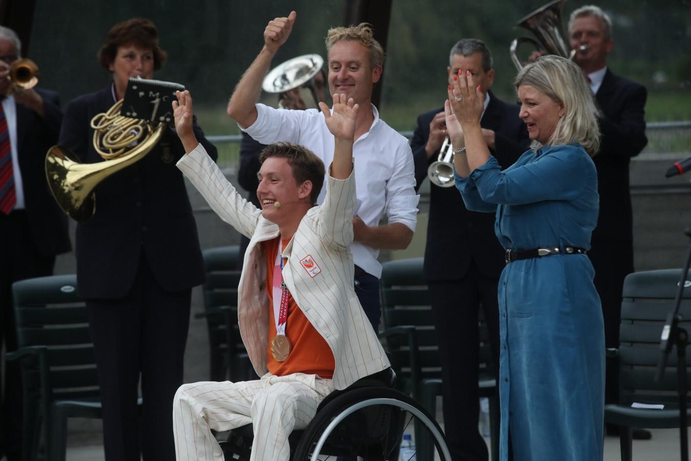 Niels Vink met zijn moeder Nicole. Hij werd benoemd tot Ridder in de Orde van Oranje-Nassau.
