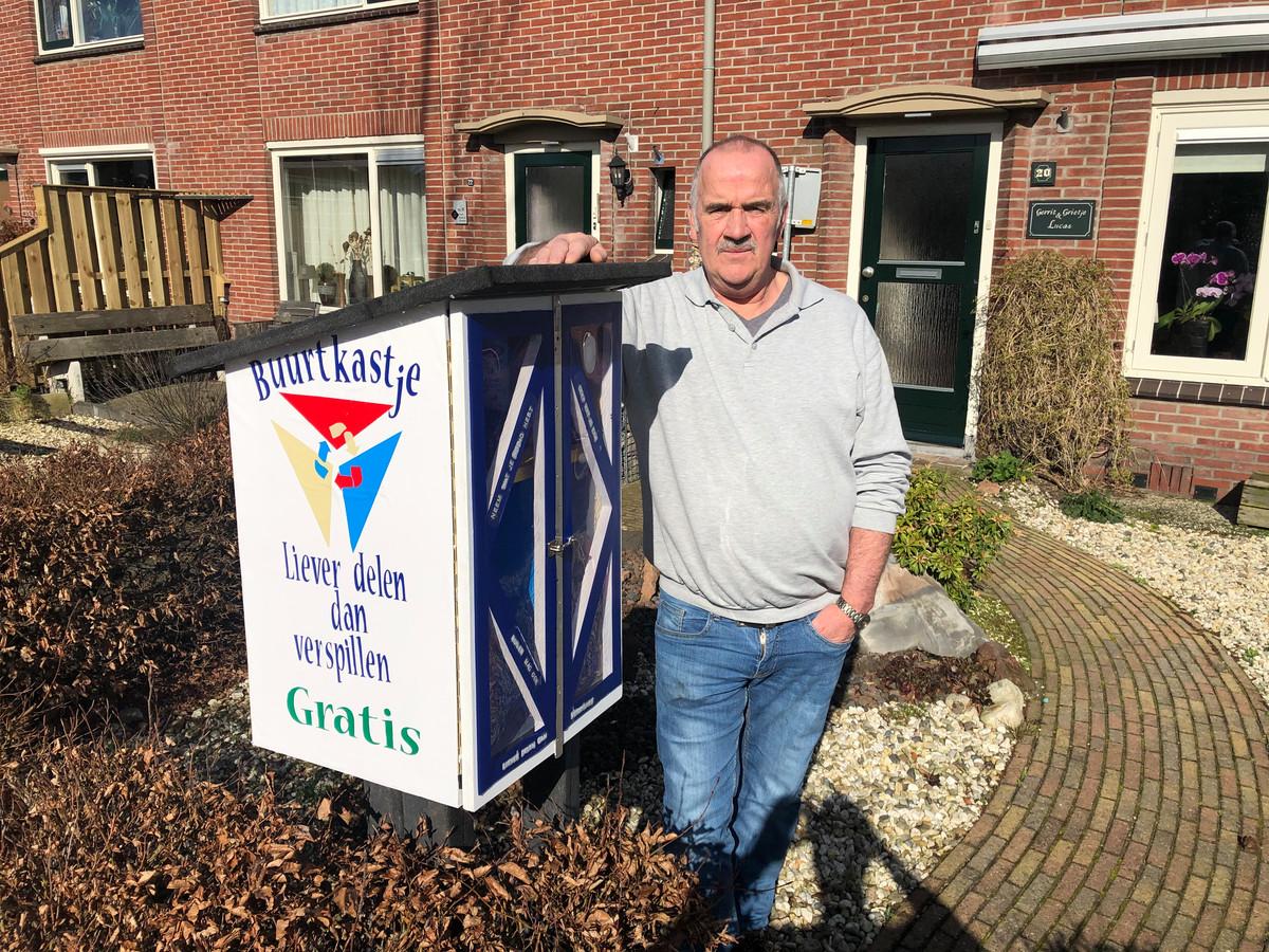 """Gerrit Lucas bij zijn zelfgemaakte buurtkastje: """"Mooi als je andere mensen blij kunt maken."""""""