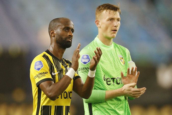 Met het chagrijn van de 1-1 bedanken keeper Markus Schubert  (rechts) en Eli Dasa de supporters van Vitesse, na afloop van de wedstrijd tegen Fortuna Sittard.