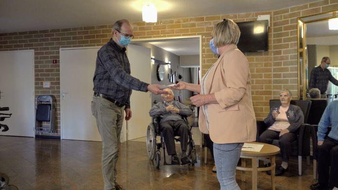 Daisy Vreys van woonzorgcentrum Nethehof overhandigde de cheque van meer dan 500 euro aan Tom Nuyts, afdelingsvoorzitter van Rode Kruis Balen-Olmen.