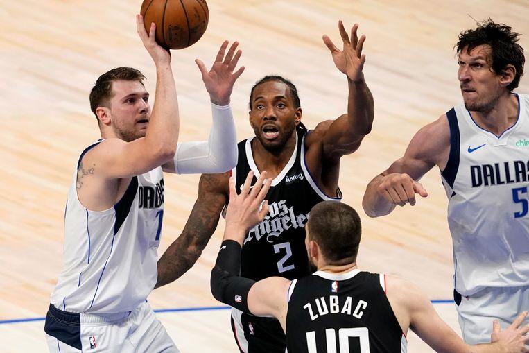 De Sloveen Luka Doncic van Dallas Mavericks schiet in de play-offmatch tegen Los Angeles Clippers. Beeld AP