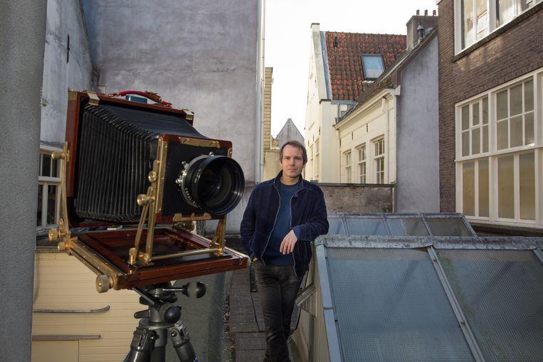 Thomas Manneke met zijn 8x10 inch camera.  Beeld Maartje Geels