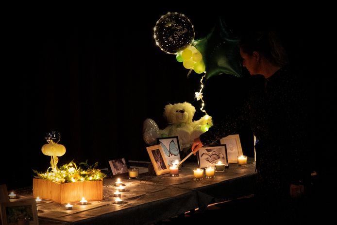 Er werden vele kaarsjes aangestoken in de theaterzaal van sporthal De Belleman tijdens Wereldlichtjesdag.