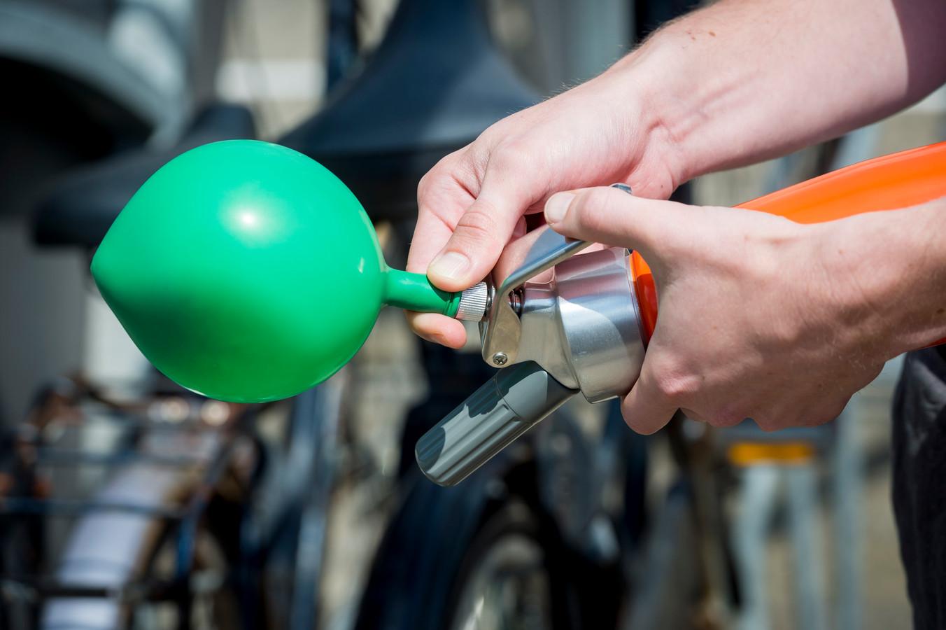 Een ballon wordt opgeblazen met lachgas.