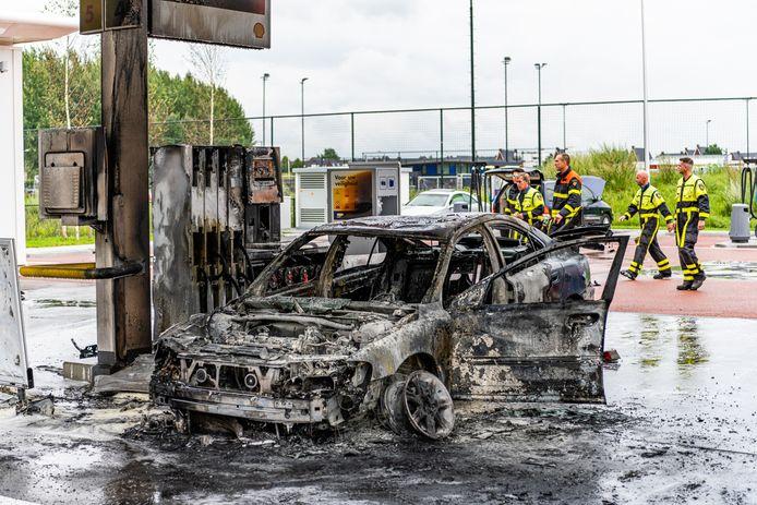 De uitgebrande auto bij het tankstation in Tilburg.
