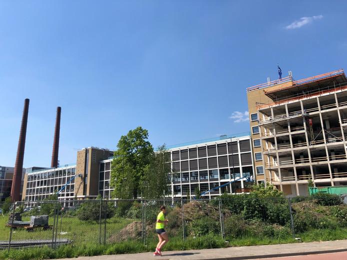 Gebouw TQ op Strijp-T in Eindhoven wordt verbouwd voor diverse nieuwe bedrijven. Op de voorgrond links een klein deel van het Gloeilampplantsoen.